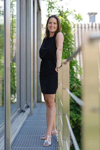 Eva-Maria steht auf dem Balkon