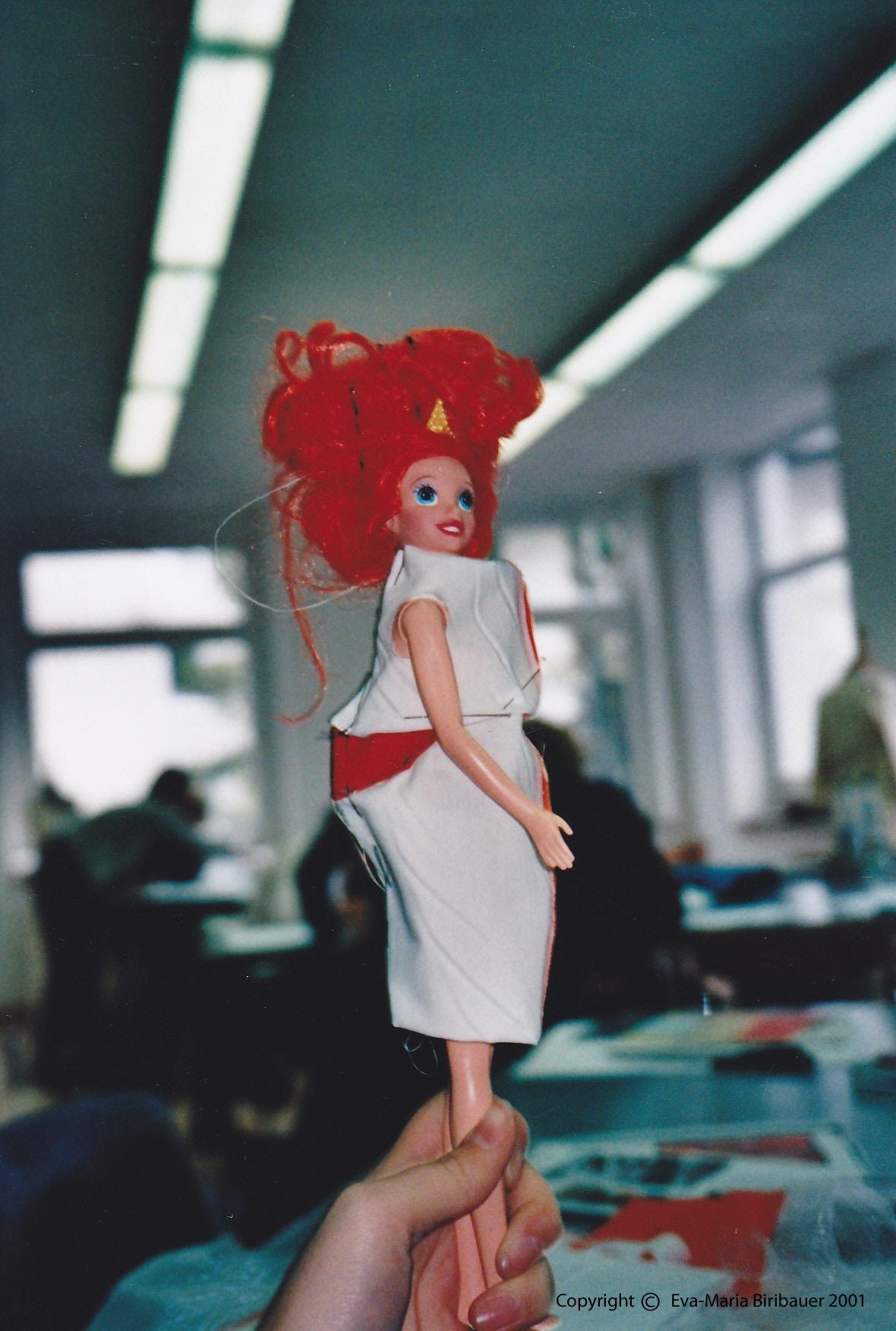Das Kleid auf einer Puppe gesteckt