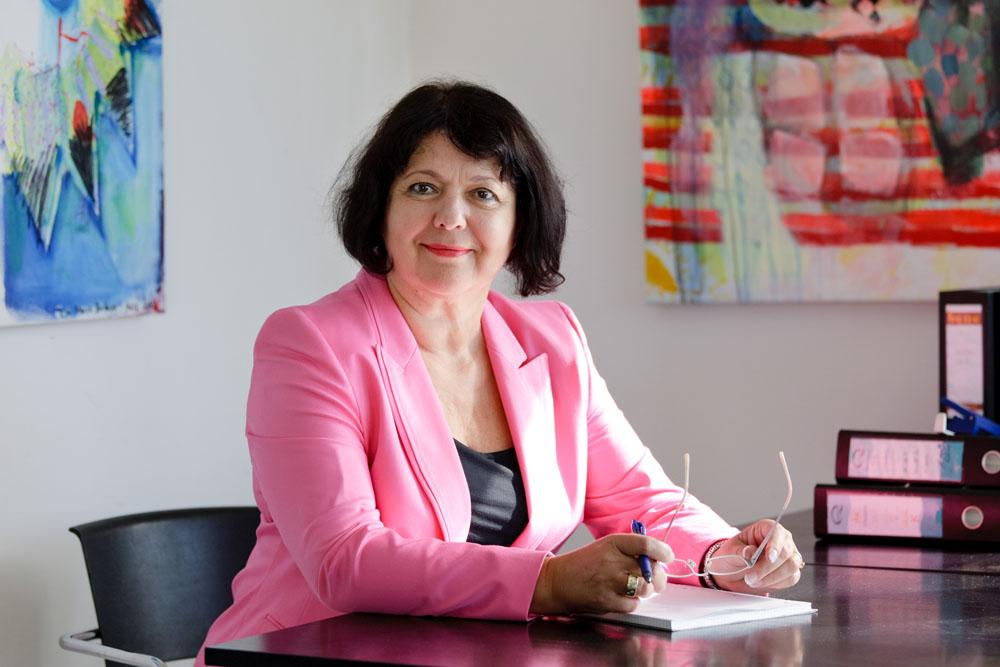 Eva Biribauer am Arbeitsplatz